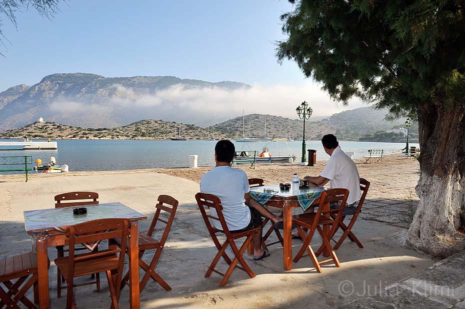 _22DSC9475 Il cafe fuori del monastero Panormitis