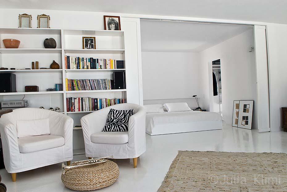 14DSC_5765 Bookcase in modern bedroom